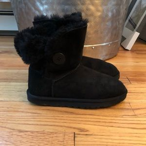 UGG BAILEY BUTTON BOOTS S/N 5803 Size 8
